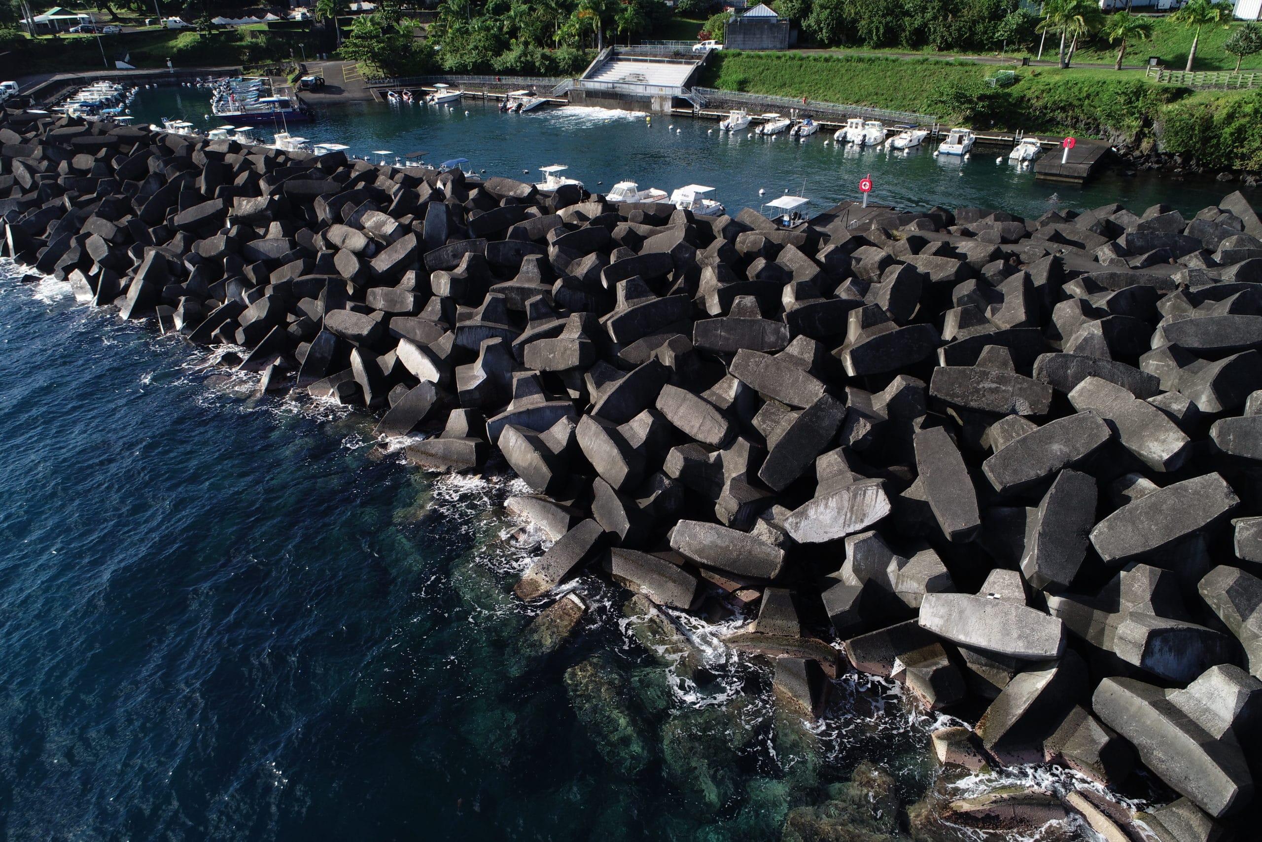 Sainte-Rose de La Reunion harbor breakwater shell made of ACCROPODE from CLI